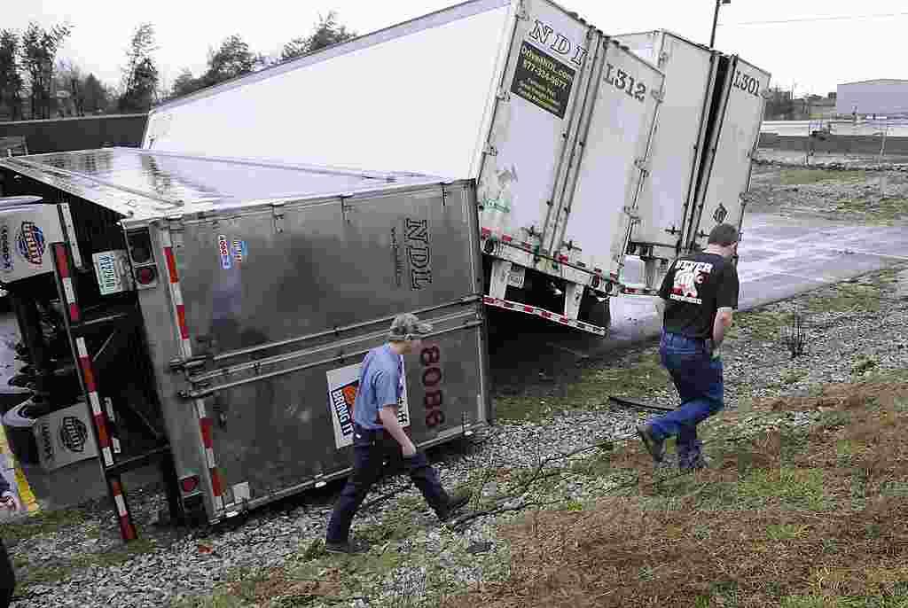 En Hodgenville, Kentucky, otro tornado pasó por una autopista dejando varios camiones volteados.