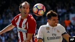 Diego Godin d'Atletico, à gauche, en duel aérien avec Pepe de Real Madrid au cours d'un match de la Liga espagnole entre Real Madrid et Atletico Madrid au stade Santiago Bernabeu à Madrid, 8 avril 2017.
