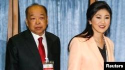 PM Thailand Yingluck Shinawatra (kanan) dan wakilnya, Surapong Tovichakchaikul tiba di Akademi Angkatan Udara Kerajaan Thailand di Bangkok, sesaat sebelum dimulainya pertemuan dengan Komisi Pemilu Thailand (30/4).