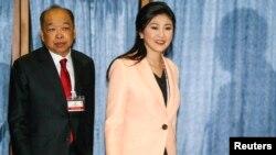 Thủ tướng Thái Lan Yingluck Shinawatra và Phó Thủ tướng Surapong Tovichakchaikul đến họp với Ủy ban bầu cử tại Học viện Không quân Hoàng gia Thái Lan tại Bangkok, ngày 30/4/2014.