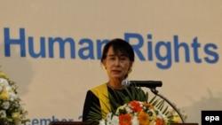 Pemimpin Myanmar Aung San Suu Kyi saat memberikan pidato pada peringatan hari Hak Asasi Manusia Internasional di Yangon, Myanmar, 10 Desember 2012. (Foto: dok).