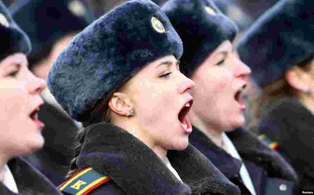 ក្បួនរបស់ក្រុមប៉ូលិសស្រីដើម្បីដង្ហែក្នុងការអបអរបុណ្យខួបទី១០០ របស់ប៉ូលិស Belarussian ក្នុងទីក្រុង Minsk ប្រទេសបេឡារុសកាលពីថ្ងៃទី០៤ មីនា ២០១៧។