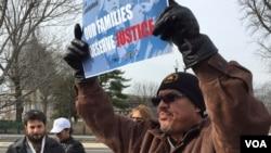 Di dân biểu tình bên ngoài Tòa án Tối cao Hoa Kỳ. (Carolyn Presutti / VOA)