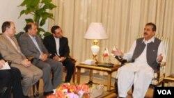 PM Pakistan Yousuf Raza Gilani mengatakan kepada para politisi di Islamabad bahwa Pakistan 'tidak bisa ditekan' pihak luar.