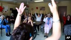 Seorang perawat memimpin para lansia di sebuah panti jompo untuk melakukan senam di tengah lockdown Covid-19 (foto: ilustrasi).