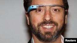 Pendiri Google Sergey Brin menggunakan kacamata Google pada Pekan Mode New York 2012. \