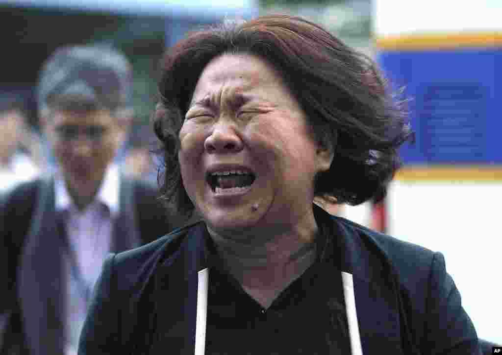 Seorang anggota keluarga penumpang kapal feri Sewol yang tenggelam menangis usai sidang pra-peradilan untuk awak kapal di Pengadilan Distrik Gwangju di Gwangju, Korea Selatan (10/6). (AP/Ahn Young-joon)