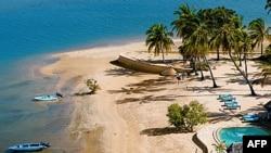 Hải tặc Somali bị nghi là đã bắt cóc người phụ nữ Pháp trên đảo nghỉ mát Manda ở bắc Kenya, ngày 1 tháng 10, 2011