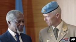 Đặc sứ Liên Hiệp Quốc Kofi Annan (trái) nói chuyện với Trung tướng Na Uy Robert Mood trong 1 cuộc họp tại Liên Hiệp Quốc ở Geneva, 4/4/2012