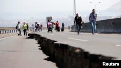 Jalan rusak akibat gempa bumi di Chili