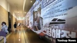 영화 '연평해전'이 누적 관객 수 500만명을 돌파한 16일 서울 종로구의 한 극장에 연평해전 광고 포스터가 붙어있다.