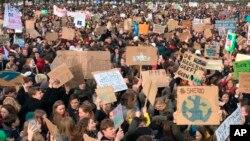 Ribuan pelajar melakukan aksi unjuk rasa menuntut kebijakan iklim lebih baik, di Den Haag, Belanda Kamis (7/2).
