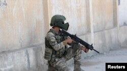 شام میں ایک ترک فوجی پوزیشن لے رہا ہے۔ فائل فوٹو