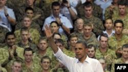 Tổng thống Hoa Kỳ Barack Obama vẫy chào các binh sĩ sau buổi nói chuyện tai Căn cứ Không quân Hoàng gia Australia ở Darwin, Australia hôm 17/11/11