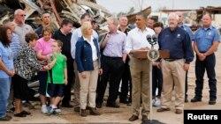 Presiden Barack Obama memberikan sambutan di antara reruntuhan gedung Sekolah Dasar Plaza Towers Elementary di kota Moore, Oklahoma (26/5).