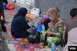 Pengungsi tersebut termasuk wanita dan anak-anak. Mereka telah tinggal di samping gedung UNHCR tersebut sekitar 1 tahun (foto: VOA/Indra Yoga)..