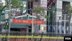 國民黨中央黨部門前壁壘森嚴預防抗議事件。(美國之音許波拍攝)