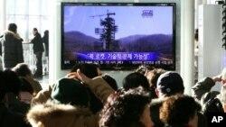 9일 한국 서울역에서 북한의 미사일 발사 기간 연장 뉴스를 시청하는 주민들.