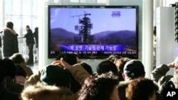 Warga Korea Selatan mengamati tayangan televesi terkait rencana peluncuran roket Korea Utara di Stasiun Metro Seoul, Minggu (9/12).