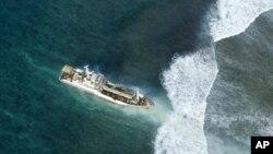 Kapal yang tersangkut karang di Kepulauan Solomon, Pasifik, setelah gempa dan tsunami pada 2007. (Foto: Dok)