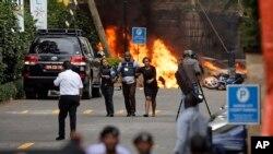 Les forces de sécurité évacuent les civils après une attaque contre un complexe hôtelier de Nairobi, au Kenya, le 15 janvier 2019.