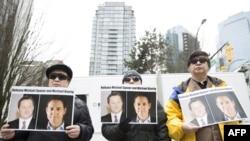 加拿大民眾2019年3月6日在溫哥華法院外呼籲中國釋放被拘押的兩名加拿大公民。(2019年3月6日)