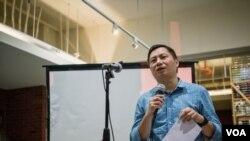 六四学运领袖之一的王丹朗诵了自己的诗作。(美国之音记者方正拍摄)