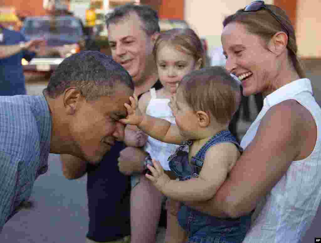 9-місячний Коул Нельсон, котрого мати Дебора привела на ярмарок, знайомиться з Обамою