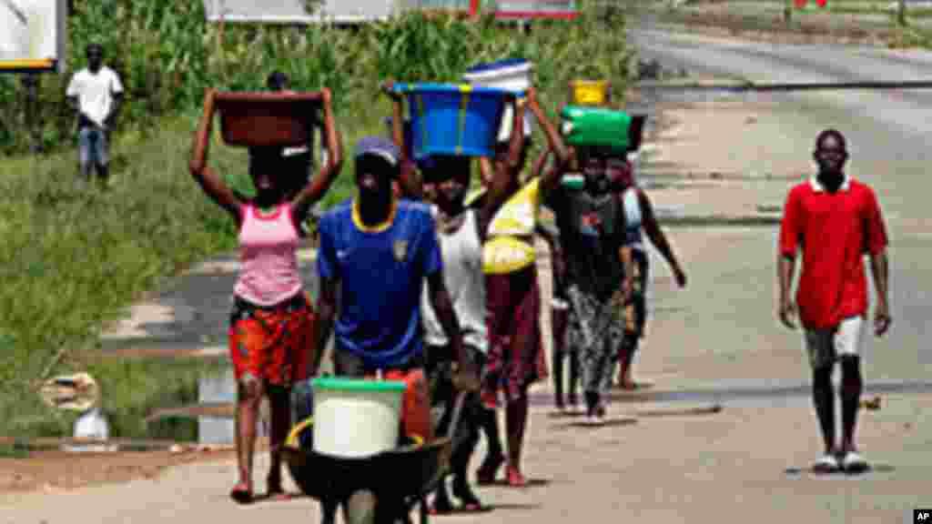 Ces Abidjanais ont pu sortir de chez eux à la recherche de l'eau potable profitant de l'accalmie dans les combats. Des scènes pareils sont courants en Afrique.