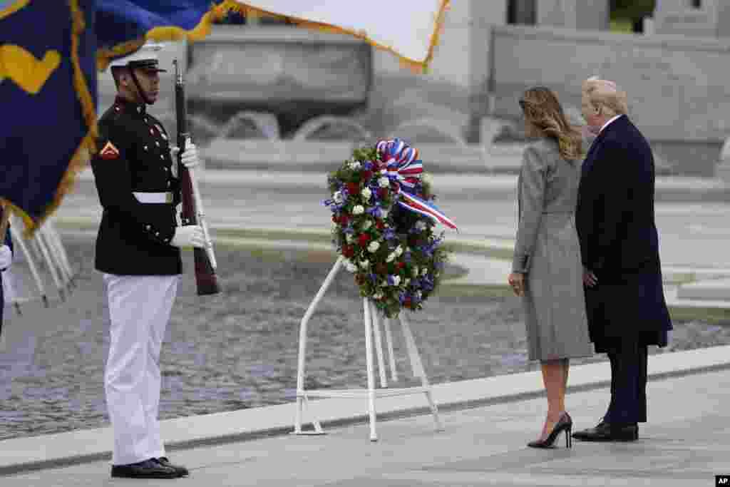 هفتاد و پنجمین سالگرد پیروزی بر آلمان نازی - ادای احترام پرزیدنت دونالد ترامپ و بانوی اول به قربانیان جنگ جهانی دوم در بنای یادبود در شهر واشنگتن