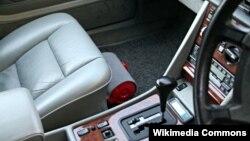 Ảnh minh họa: Bình chữa cháy được gắn dưới ghế của ôtô.