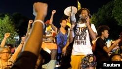 ຜູ້ປະທ້ວງ Black Lives Matter ຄົນນຶ່ງກ່າວຕໍ່ບັນດາເພື່ອນເຂົ້າຮ່ວມປະທ້ວງ.
