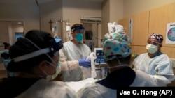 Đội ngũ bác sỹ, y tá đang chuẩn bị chữa trị cho bệnh nhân Covid-19 tại Bệnh viện Holy Cross ở Los Angeles, California