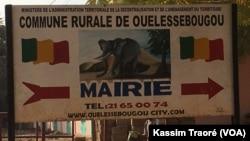 La mairie d'Ouelessebougou, le 3 décembre 2017. (VOA/Kassim Traoré)