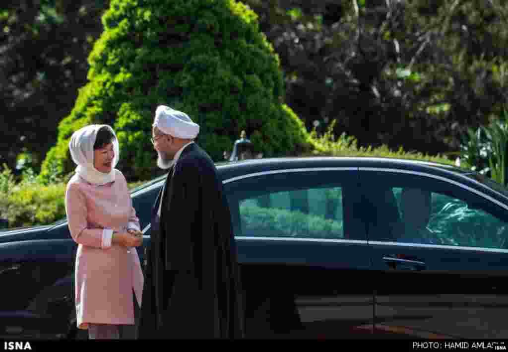 خوش و بش دو رئیس جمهوری . رئیس جمهوری کره جنوبی این هفته در ایران بود. عکس: حمید املشی، ایسنا