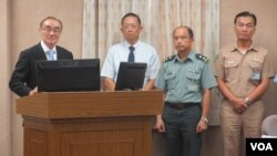 台湾国防部长冯世宽(左一)10月11号在立法院外交及国防委员会接受质询