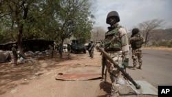 En ce mercredi 8 Avril 2015, les soldats nigérians sont à un point de contrôle à Gwoza, au Nigeria, une ville nouvellement libéré de Boko Haram. (AP Photo/Lekan Oyekanmi)