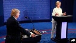 19일미국 네바다주라스베이거스에서열린대선후보3차TV토론에서공화당의도널드트럼프후보(왼쪽)와 민주당의힐러리클린턴후보가 토론을 벌이고 있다.