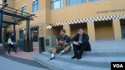 学生在撤旗风波焦点的学生会办公楼前唱歌(美国之音国符拍摄)