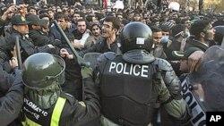 11月29号伊朗警察阻止抗议者冲进英国驻德黑兰大使馆