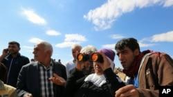 土耳其库尔德人观察库尔德武装和伊斯兰国部队的战斗
