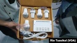 Satu boks berisi 5 lampu limar dan 1 switch box dijual dengan harga 1,2 juta Rupiah. Sementara santri yang membuatnya dapat upah 70 ribu Rupiah per boks. (VOA/Rio Tuasikal)
