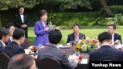박근혜 한국 대통령이 31일 청와대 녹지원에서 열린 출입기자단 오찬에서 인사말을 하고 있다. 청와대 제공.