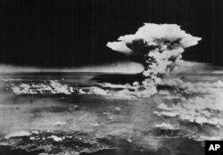 美国陆军照片: 1945年8月6日广岛核爆掀起的蘑菇云