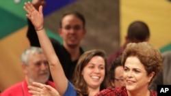 Presiden Brazil yang diberhentikan sementara, Dilma Rousseff, menghadiri sebuah rapat umum (24/8). Brasilia, Brazil (foto: AP Photo/Eraldo Peres)