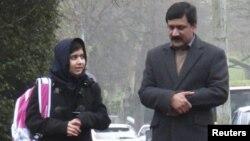 Malala Yousufzai berjalan bersama ayahnya Ziauddin menuju sekolah menengah khusus perempuan Edgbaston di Birmingham (19/3).