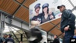 Des policiers en patrouille à la gare Saint-Lazare à Paris à la suite d'une fausse alerte à la bombe le 27 septembre