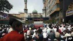 Пятничная молитва во время Рамадана рядом с мечетью в Урумчи, Синьцзян-Уйгурский автономный район (архивное фото)