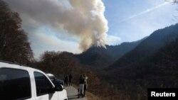 Incendio forestal en las Great Smokey Mountains cerca de Gatlinburg, Tennessee, donde 100 casas y edificios fueron destruidos.