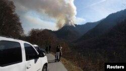 Para pengendara berhenti di pinggir jalan untuk melihat kebakaran hutan di Great Smokey Mountains dekat Gatlinburg, Tennessee, AS (28/11).
